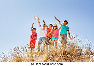 feliz, areia, crianças, duna, junto, grupo, onda