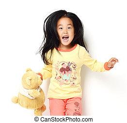 feliz, asiático, coreano, niña, con, osito de peluche, posición, gritar, y, mirar