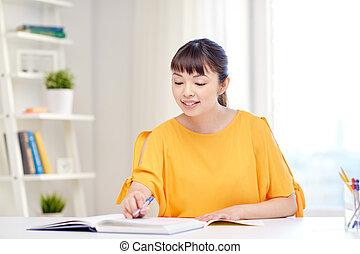 feliz, asiático, mulher jovem, estudante, aprendizagem repouso