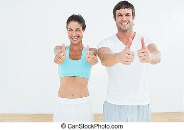 feliz, ataque, pareja, el gesticular, pulgares arriba, en, condición física, estudio