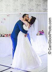 feliz, baile, pareja, su, recepción, boda, durante, primero, recién casado, besar