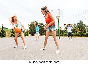 feliz, baloncesto, grupo, adolescentes, juego