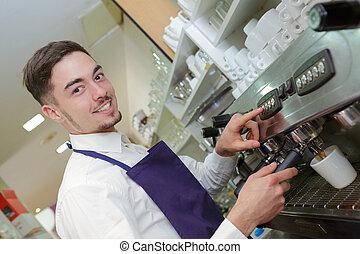 feliz, barista, fazendo café