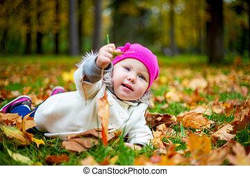 feliz, bebé, en, el, otoño, parque
