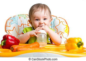 feliz, bebê, bebendo, de, garrafa