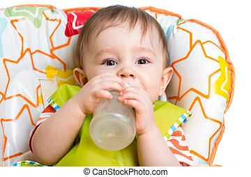 feliz, bebê, bebendo, de, garrafa, sentando, em, cadeira alta