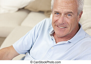 feliz, bonito, homem sênior, sorrindo, casa