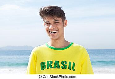 feliz, brasileño, ventilador deportivo, en, playa