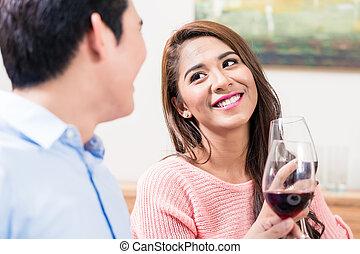 feliz, brindar, par, vinho, vermelho, óculos