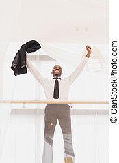 feliz, businessman., opinión de ángulo baja, de, alegre, joven, hombre africano, en, formalwear, mantener, armamentos levantaron, y, positivity que expresa