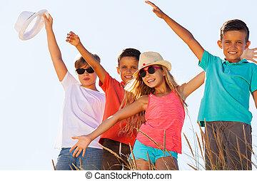 feliz, céu, crianças, retrato, sobre, junto, grupo