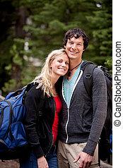 feliz, campamento, pareja