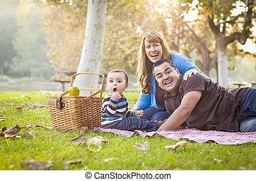 feliz, carrera mezclada, étnico, familia , tener un picnic, en el estacionamiento
