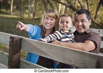 feliz, carrera mezclada, familia , juego, en el parque