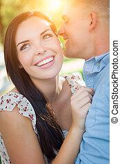 feliz, carrera mezclada, par romántico, retrato, en, el, park.