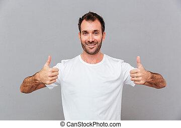 feliz, casual, homem, mostrando, polegares cima