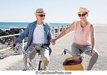 feliz, casual, pareja, yendo, para, un, paseo de la bici,...