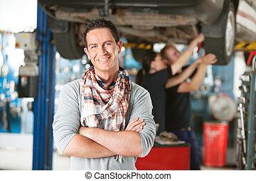 feliz, cliente, en, taller de reparaciones auto