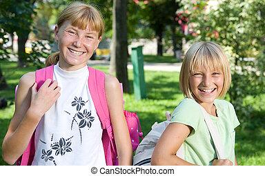 feliz, colegialas, outdoor., back to la escuela