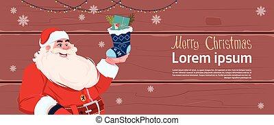 feliz, conceito, inverno, ano, claus, meia, saudação, feriados, cartão, santa, segurando, novo, bandeira, presente natal, feliz