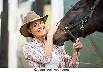 feliz, cowgirl, e, dela, cavalo, em, estável