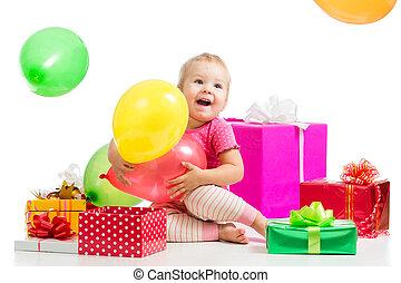 feliz, criança, com, balões coloridos, e, gifts., isolado, ligado, white.