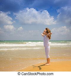 feliz, criança, desfrutando, praia