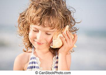 feliz, criança, escute, seashell, praia
