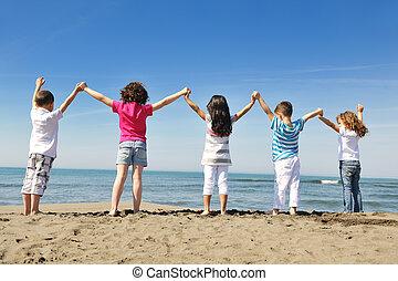 feliz, criança, grupo, tocando, ligado, praia