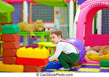 feliz, criança, jogar brinquedos, em, jardim infância