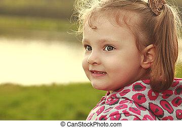 feliz, criança, menina, ligado, primavera, luminoso, ensolarado, experiência., closeup
