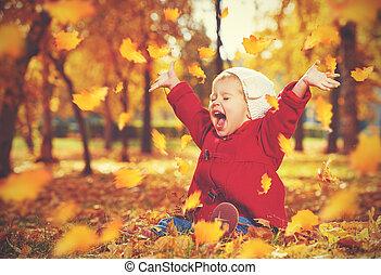 feliz, criança pequena, menina bebê, rir, e, tocando, em, outono
