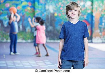 feliz, criança, sorrindo, em, schoolyard, com, outro,...
