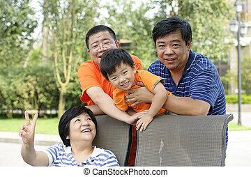 feliz, criança, tocando, com, seu, tio, e, tia