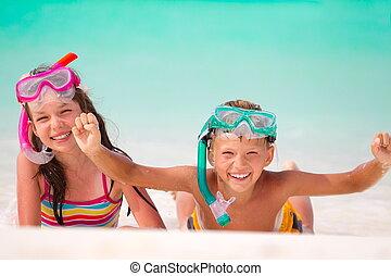 feliz, crianças, com, snorkels