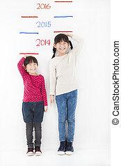 feliz, crianças, crescimento, e, contra, parede