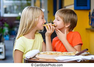 feliz, crianças, dentro, comendo pizza, sorrindo