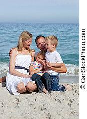 feliz, crianças, e, seu, pais, sentando, areia