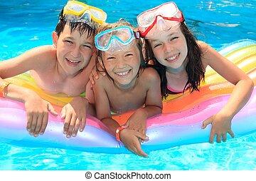 feliz, crianças, em, a, piscina