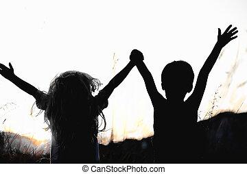 feliz, crianças, em, natureza, em, pôr do sol