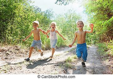 feliz, crianças, executando, em, a, madeiras