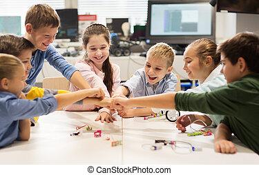 feliz, crianças, fazer, punho, inchaço, em, robótica, escola