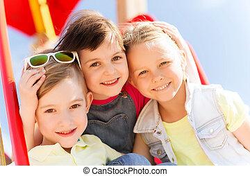 feliz, crianças, grupo, pátio recreio, crianças