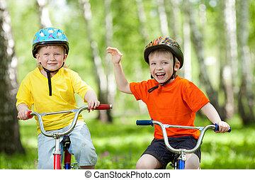 feliz, crianças, ligado, bicicleta, em, parque verde