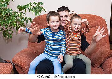 feliz, crianças, meninos, com, papai, ligado, sofá