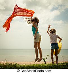 feliz, crianças, pular, praia