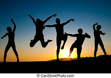 feliz, crianças, silhuetas, pular, praia