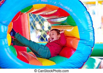 feliz, crianças, tocando, ligado, inflável, atração, pátio...