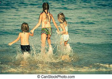 feliz, crianças, tocando, ligado, praia, em, a, tempo dia