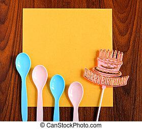 feliz cumpleaños, y, cucharas, con, amarillo, papel, en, de madera, plano de fondo